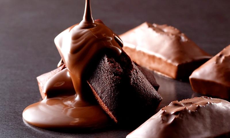 滑らかなミルクチョコレートがフィナンシェ・オ・ショコラと出会いました